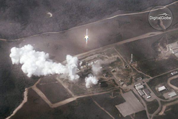 Listopadový start rakety Atlas V s družicí WorldView 4 vyfocený družicí WorldView 2