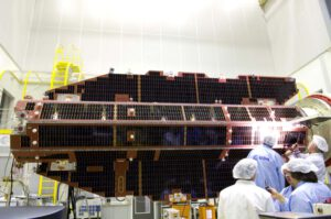 Kontrola solárních panelů GOCE během závěrečné fáze testování v holandském ESTECu.
