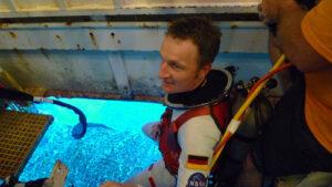 """Matthias Maurer se v rámci mise NEEMO 21 chystá na """"výstup do volného moře"""" z paluby podmořské stanice Aquarius."""