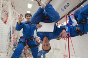 Matthias Maurer a Samantha Cristoforetti při parabolickém letu, kde si vyzkoušeli dvacetisekundový stav beztíže.