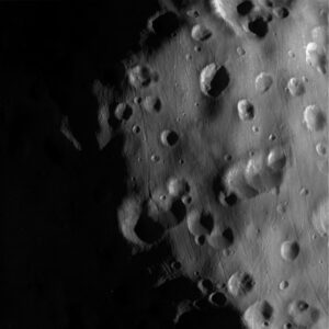 Povrch měsíce Epimetheus ze sondy Cassini