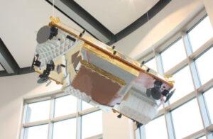 Iridium NEXT satelit (bez rozvinutých solárních panelů) v řídícím středisku Iridium