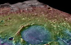 Kráter Jezero na Marsu při šikmém pohledu. Vzadu/nahoře západní delta, dole výtokový kanál. Zdroj: NASA/MSSS/ASU/GSFC