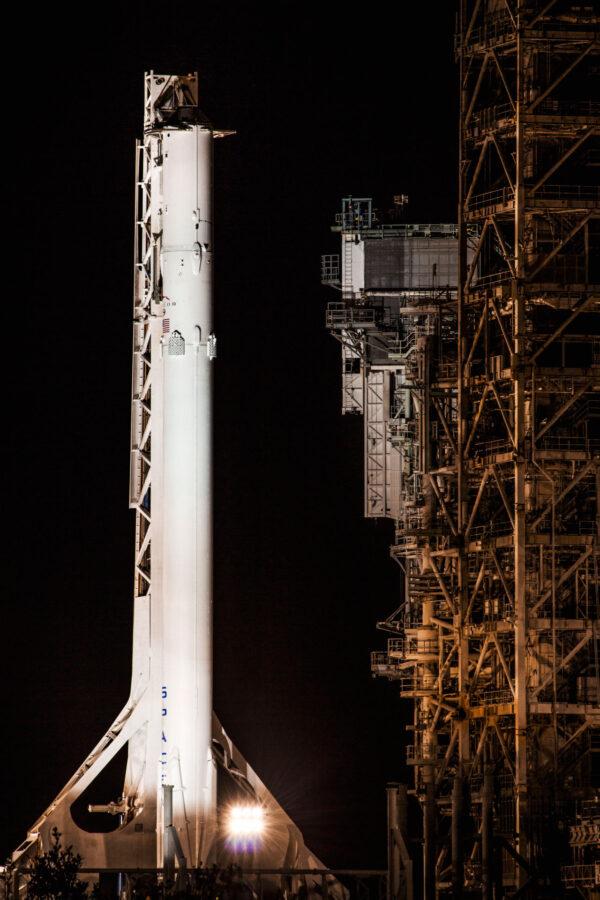 Falcon pro statický zážeh je v podstatě kompletní raketa - první i druhý stupeň. Chybí jen náklad - v tomto případě loď Dragon.