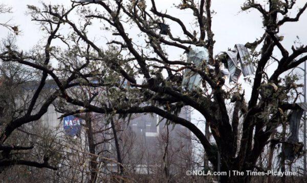 V korunách stromů jsou rozházené kusy plechů, které pochází i ze střech.