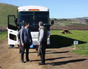 Po úspěšném startu se slavilo… Autobus přivezl VIP hosty.