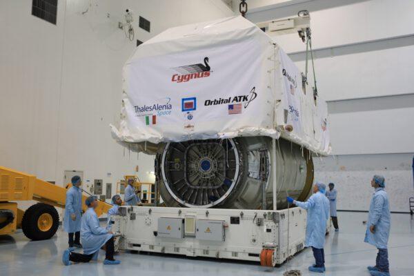 Nákladní modul lodi Cygnus je vybalován