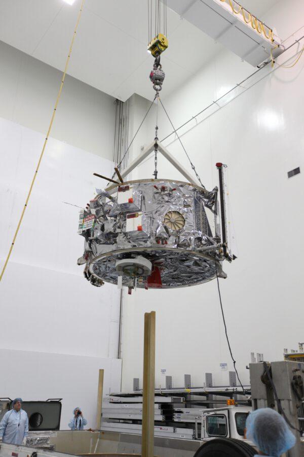 Nákladní modul čeká spojení s jeho servisní částí
