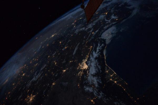 Velkolepý pohled na zářící hvězdy a vycházející měsíc nad Teheránem a Kaspickým mořem v noci. Světla měst v temnotě mě vždy ohromí. Jsou ale také připomínkou toho, jak moc energie spotřebováváme. Ujistěte se, že dnes v noci vše vypnete kvůli Hodině Země!