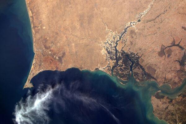 Pohled na pobřeží Senegalu a Gambie s dakarským poloostrovem dobře viditelným vlevo dole. Lidé žijící okolo delty řeky Saloum jsou ohroženi stoupajícími hladinami moří. Opět změny klimatu...