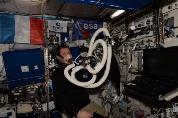 Až poletíme na Mars, bude problém s sebou vézt všechno jídlo: všechno bude moc těžké. Proto zkoumáme růst rostlin ve vesmíru a také lidský metabolismus na ISS. ESA je na tomto poli studia energetické spotřeby v první linii. Přísná dokumentace jídla a dodržování jídelníčku, monitorování příjmu kyslíku, vzorky moči, sledování fyzické aktivity... po 10 dní! Takový všezahrnující výzkum.