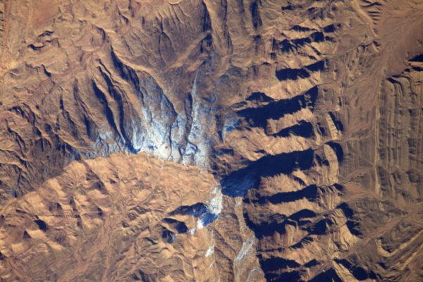 Sníh v poušti! Několik vloček spadlo na úpatí pohoří Atlas na okraji Velkého východního písečného moře.