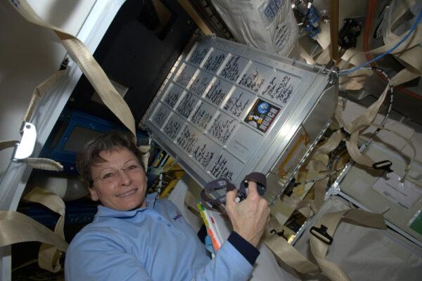 Iniciativa HUNCH zve studenty a školní mládež k práci na projektech souvisejících s vesmírem a občas jim umožňuje navrhnout a sestavit jednoduchá zařízení, která používáme na ISS! Zde je skříňka v Dragonu s podpisy všech zúčastněných. Opravdu skvěle.