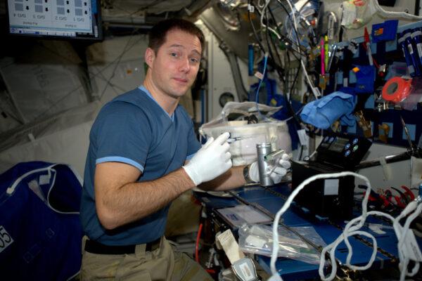 Nechceme, aby se nám na ISS množily mikroby! Pečlivě stanici uklízíme, ale navíc také pozorujeme mikrobiální růst ve vodě a na všech površích.