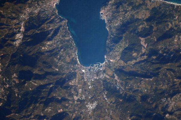 Město jehož jméno je dobře známo i za hranicemi Francie: Saint-Tropez se Sainte-Maxime před sebou a městem Cogolin v zádech.
