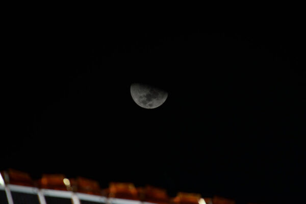 Je neuvěřitelné, jak se nám měsíc jeví jakoby prolétal velkou rychlostí s tím, jak se stanice pohybuje rychlostí 28 000 km/h. Měl jsem času tak akorát na to, abych vzal fotoaparát a vyfotil jej, než zase zmizel za našimi solárními panely.