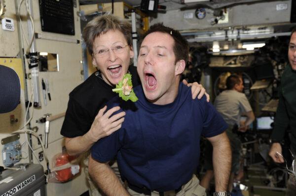 Mám smíšené pocity ohledně Mezinárodního dne žen. Proč stále máme 364 mužských dní v roce? Je mi ctí mít po boku Peggy Whitson, budoucí dvojnásobnou velitelku vesmírné stanice.