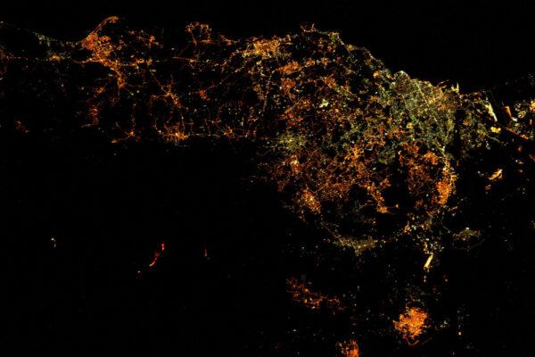 Co je zajímavého na této fotce? To, co vidíte, je aktivní vulkán a jeho rozžhavená láva je v noci viditelná z vesmíru! Jsou to ty červené linie nalevo. Etna na Sicílii už je nějakou dobu aktivní. Už jsem ukazoval i denní fotku.