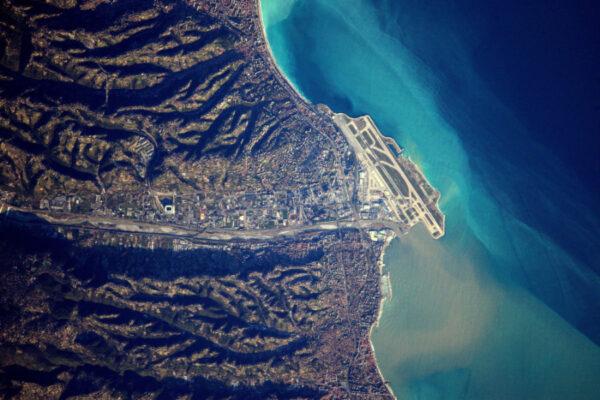 Letiště v Nice, LFMN / NCE. Krásné přílety poblíž pobřeží kopírující krajinu.