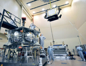 Ukládání radiačního krytu do těla sondy Juno