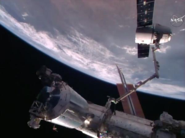 Dragon CRS-10 připravený k odpojení od stanice