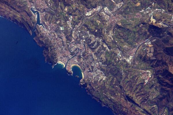 Baskické pobřeží: San Sebastián se svou zátokou a ostrovem.