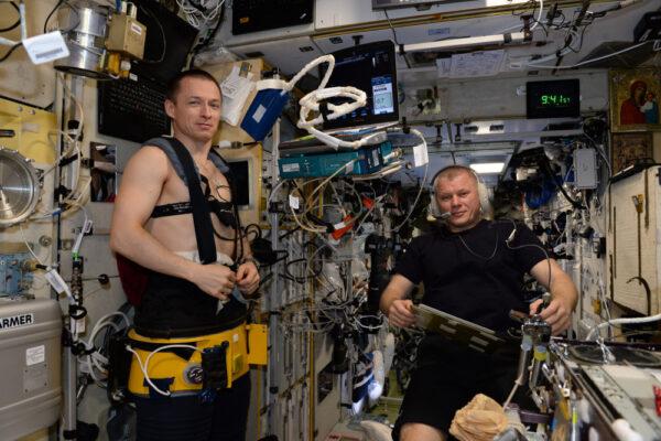 Společný výzkum s ruskými kolegy: tato změť kabelů nám pomůže změřit krevní tlak, srdeční tep a EKG, pulzní oxymetrii, a to vše během provádění ultrazvuku... Sergej je dnes pacientem a já doktorem, ale jindy se role v celé posádce vystřídají!