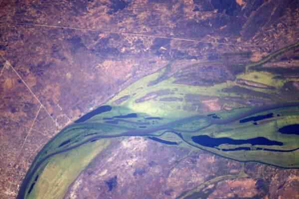 Působivá obrovská zelená řeka v jižním Súdánu.