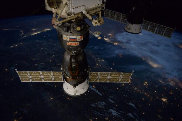 Náš Sojuz v neautentickém pohledu, ale s autentickým osvětlením: vně Mezinárodní vesmírné stanice probíhaly robotické operace, takže byla rozsvícena světla. Je to nezvyklý pohled vidět Sojuz jako v denním světle na nočním pozadí!