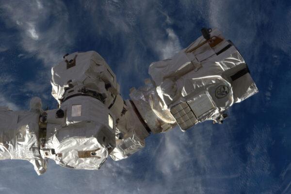 LLE (Latching End Effector) Ovládacího manipulačního systému vesmírné stanice SSRMS (Space Station Remote Manipulator System), nebo jednodušeji řečeno: koncovka robotické paže. Je to velice složitý mechanismus, který nám umožňuje zachytávat zásobovací lodě a opravit téměř vše vně stanice. To ostatní je opravováno během vesmírných vycházek, jako bude ta zítřejší!