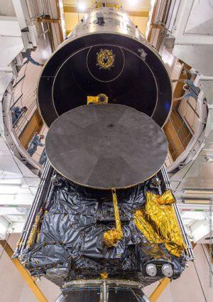 Družice KoreaSat 7 vyfocená 11. března při spouštění aerodynamického krytu. Nahoře můžete vidět hlavní motor družice SGDC, která je umístěná na horní pozici.