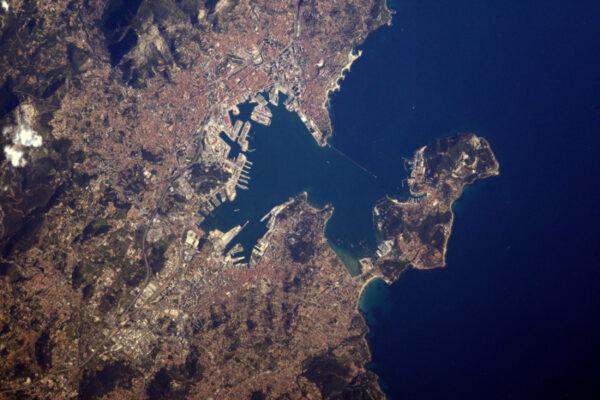 Toulon, mateřská základna francouzského námořnictva. Můžete vidět lodě v okolí přístavu.