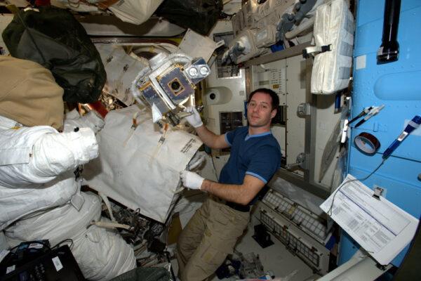 Příprava na výstup do volného prostoru zahrnuje mnoho věcí jako například přípravu nářadí a veškerého hardwaru. Toto je kamera, kterou Shane vymění na japonské robotické paži... pečlivě jsem mu jí zabalil.