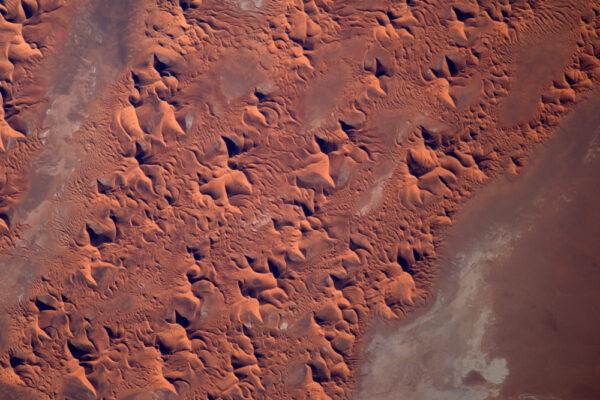 Ostré duny vytváření fascinující vzory.