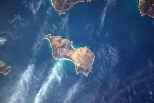 Krátký moment pro Inner Sister Island: vítejte na druhé straně planety. Jedná se o ostrov v Bassově průlivu mezi Austrálií a Tasmánií.