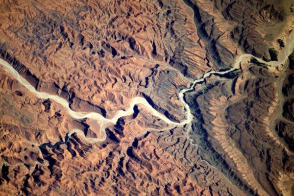 Tato africká řeka se plazí nádherně zvlněnou krajinou.