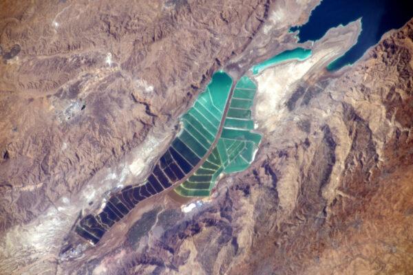 Barevná krajina na okrajích Mrtvého moře.