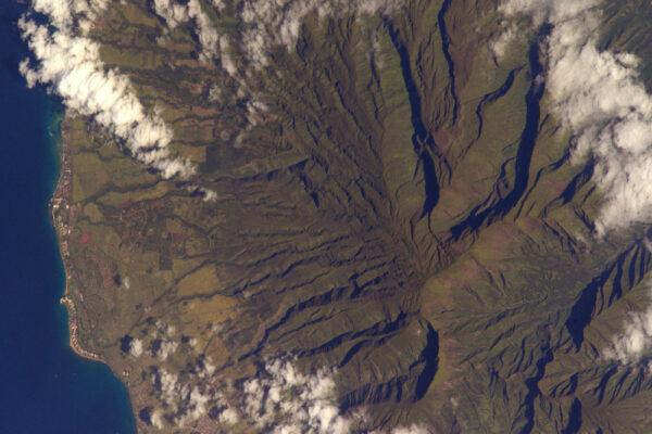 Znovu Havaj: kontrast mezi zelenými údolími, které vedou k moři, a vrcholy vulkánů spících mezi dvěma erupcemi.