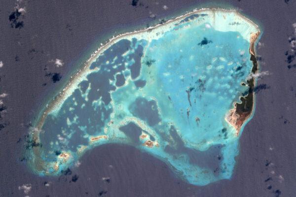 Korálové bariéry rozbíjejí vlny a ochraňují lagunu tohoto neobydleného ostrova venezuelského souostroví Los Roques.