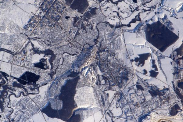 Textury ve sněhu: zdá se, jakoby lesy pokrývaly toto ruské město vypadající jako z kostiček Lega.