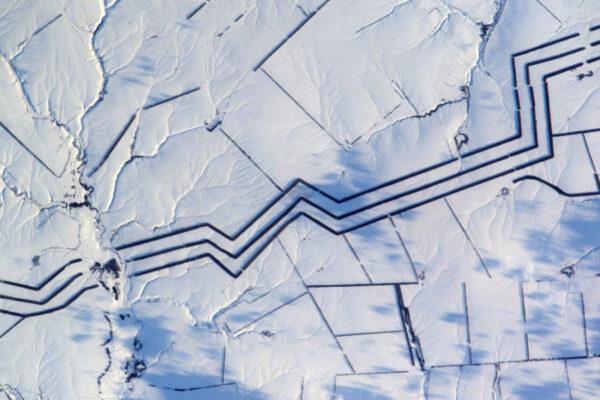 Minimalistické sněhové umění v Rusku. Nedokážu tyhle kilometry dlouhé rovnoběžné linie vysvětlit.