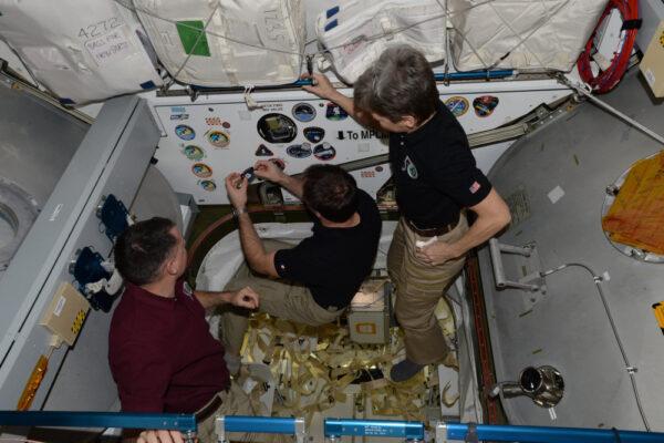 Přidáváme další znak do sbírky! Tento dokovací port znovu přivítá Dragon od SpaceX v květnu, zatímco ten druhý je připraven pro Cygnus.