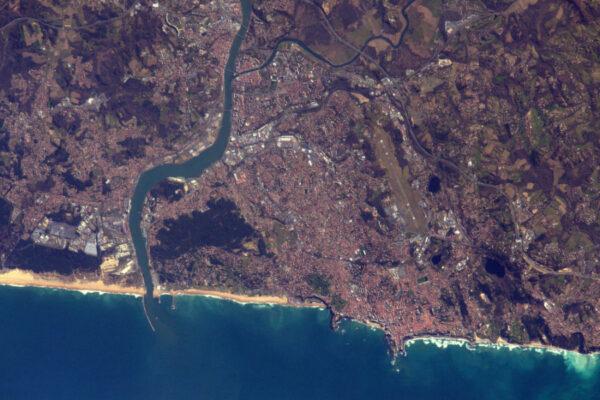 Donekonečna obíháme Zemi každých 90 minut. Jedna z výhod spočívá v tom, že opakovaně dostáváme šanci k focení, které se snad každým pokusem zlepší. Zde jsou Biarritz, Bayon a Anglet v jihozápadní Francii.