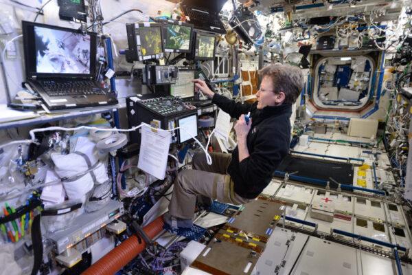 Peggy ovládala robotickou paži z interiéru ISS, zatímco já jsem ji venku opravoval. Týmová práce!