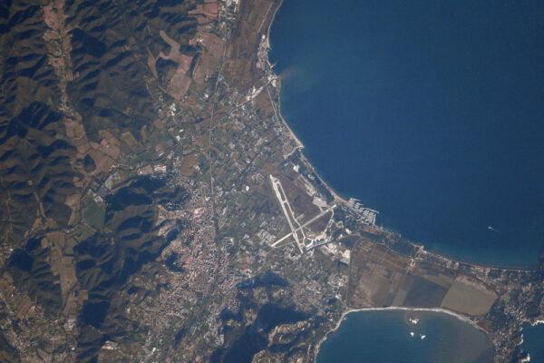 Letiště Hyères-Toulon (LFTH / TLN) pro civilní i vojenskou dopravu. Zde máte garantovaný přílet s velkolepým výhledem.