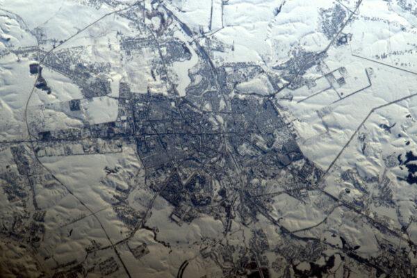Přestože fotoaparát fotí barevně, tato fotka je černobílá. Západ slunce zdůrazňuje terén na ukrajinsko-běloruské hranici.