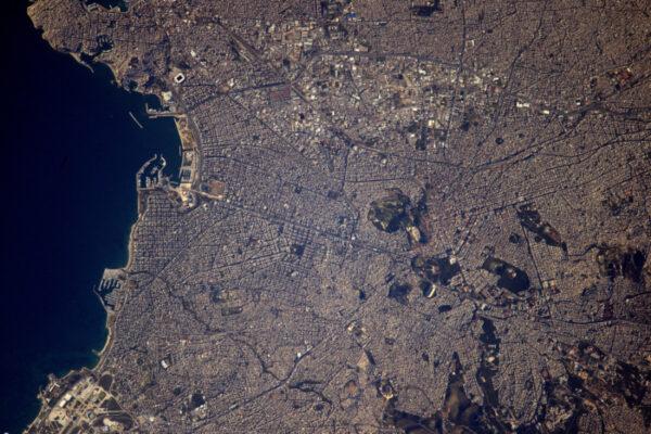 Atény, řecké hlavní město a kořeny západní civilizace, které kdysi byly světovým centrem. Stále vypadají sofistikovaně.