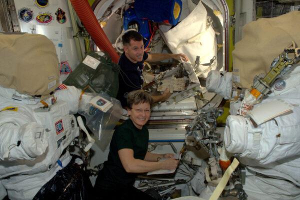 Dnes je řada na vycházku ven pro Shanea Kimbrougha a Peggy Whitson! Zatímco budou na svém výstupu, budu velitelem Mezinárodní vesmírné stanice...