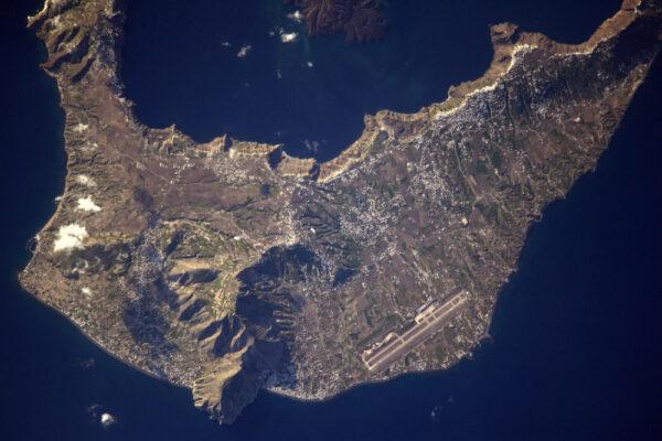 Ostrov Milos v Řecku. Vábí k vyjížďce v Egejském moři ... důležitější ale je, že je zde letiště ;)