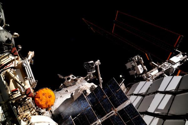 Zde vidíte robotickou paži přesunující malý kousek Mezinárodní vesmírné stanice po výstupu do volného prostoru, který proběhl minulý týden. Toto bude dokovací port pro budoucí vesmírné lodě!